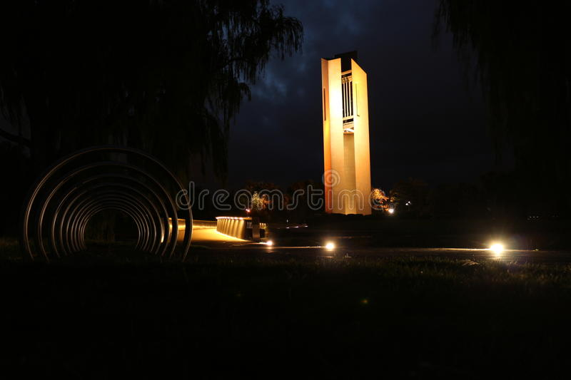 De Nationale Carillon bij nacht in Canberra stock afbeeldingen
