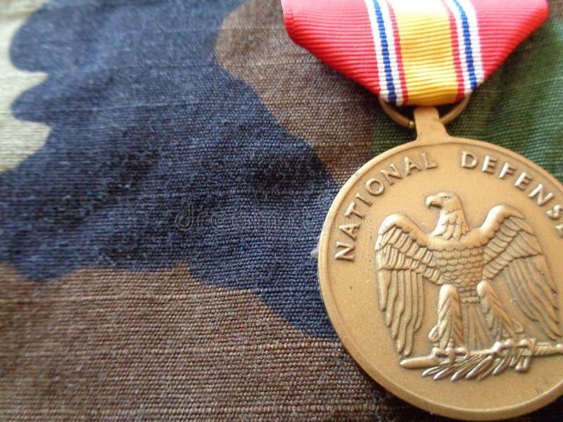 De nationale Medaille van de Defensiedienst tegen BDU stock afbeeldingen