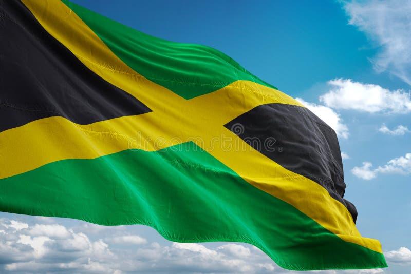 De nationale vlag die van Jamaïca blauwe hemel realistische 3d illustratie golven als achtergrond royalty-vrije illustratie