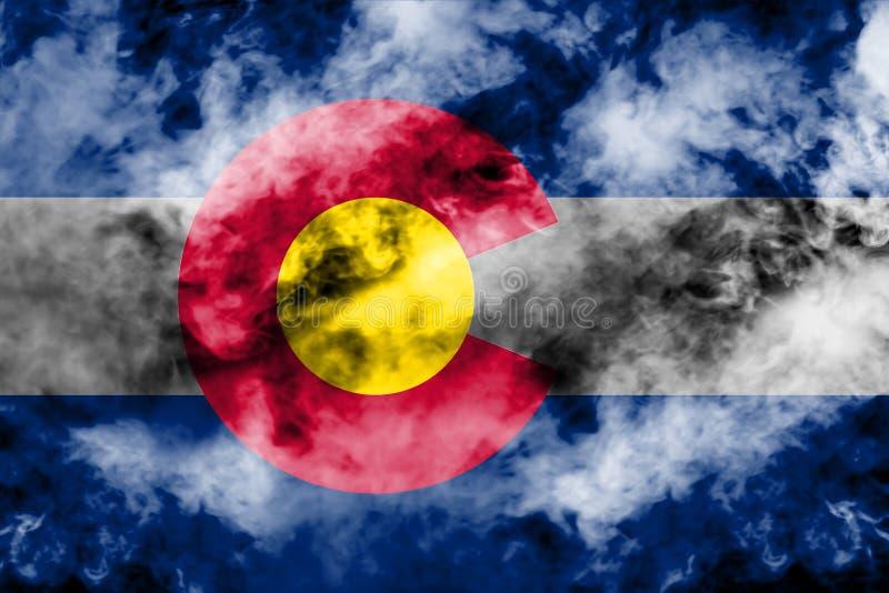 De nationale vlag van de V.S. verklaart binnen Colorado tegen een grijze rook op de dag van onafhankelijkheid in verschillende kl stock illustratie