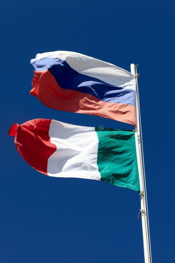 De nationale vlaggen van Rusland en van Italië stock afbeeldingen