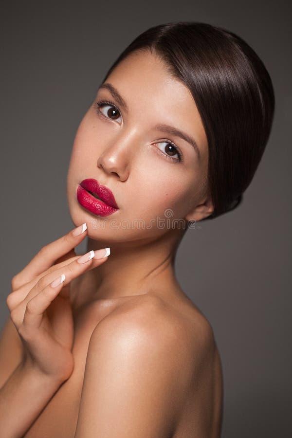 De natuurlijke close-up van het schoonheidsportret van een jong donkerbruin model stock foto