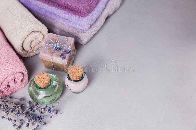 De natuurlijke kosmetische olie, de room en de natuurlijke met de hand gemaakte zeep met laven stock fotografie