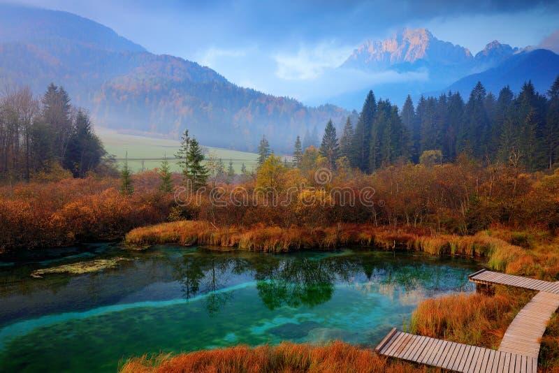 De natuurlijke reserve van het Zelencimeer, Kranjska Gora, Slovenië Mistige Triglav-Alpen met bos, reis in aard Mooie zonsopgang  royalty-vrije stock foto's