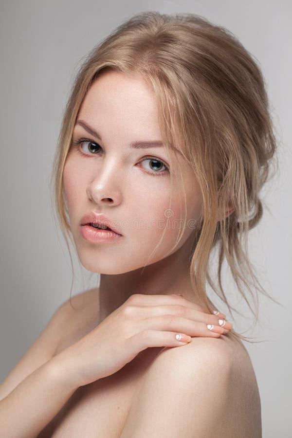De natuurlijke verse zuivere close-up van het schoonheidsportret van een jong aantrekkelijk model stock afbeeldingen