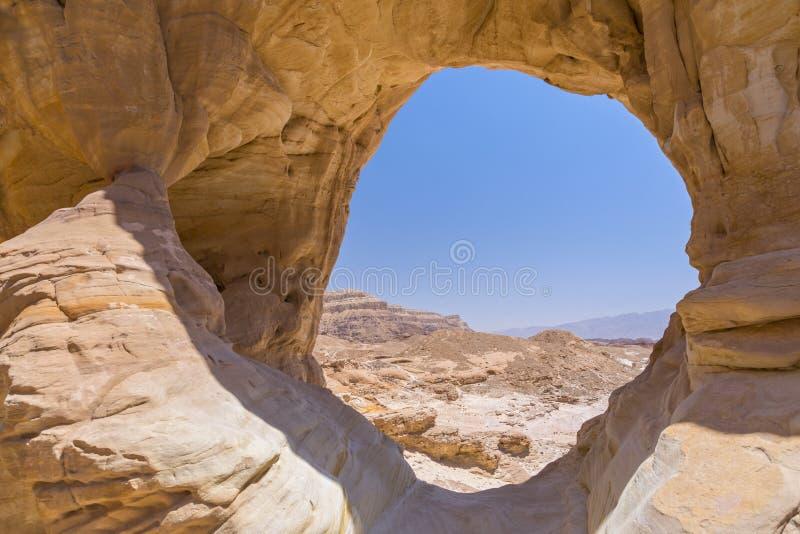 De natuurlijke vorming van de rotsboog en woestijnmening in het Nationale Park van Timna, Israël stock foto's