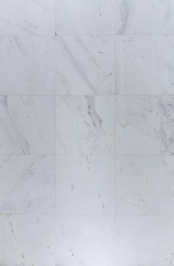 De natuurlijke witte marmeren muurtegels installeren in badkamers/achtergrondtextuur/grondstof royalty-vrije stock foto's