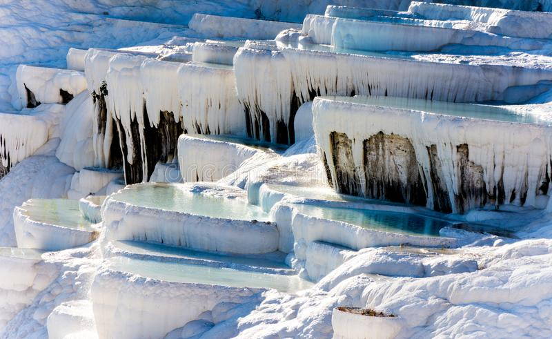 De natuurlijke witte steenzwembaden vullen met thermische wat stock foto