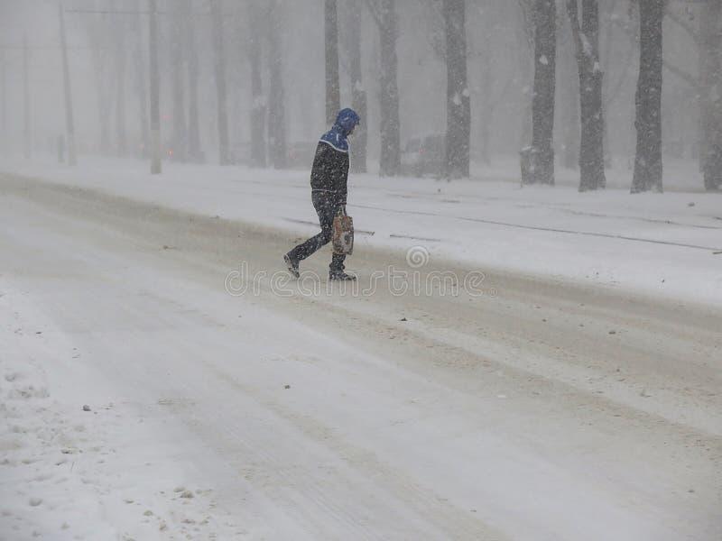 De natuurrampenwinter, blizzard, verlamde de zware sneeuw de stad, instorting De sneeuw behandelde de cycloon Europa stock foto's