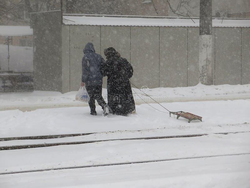 De natuurrampenwinter, blizzard, verlamde de zware sneeuw de stad, instorting De sneeuw behandelde de cycloon Europa stock fotografie