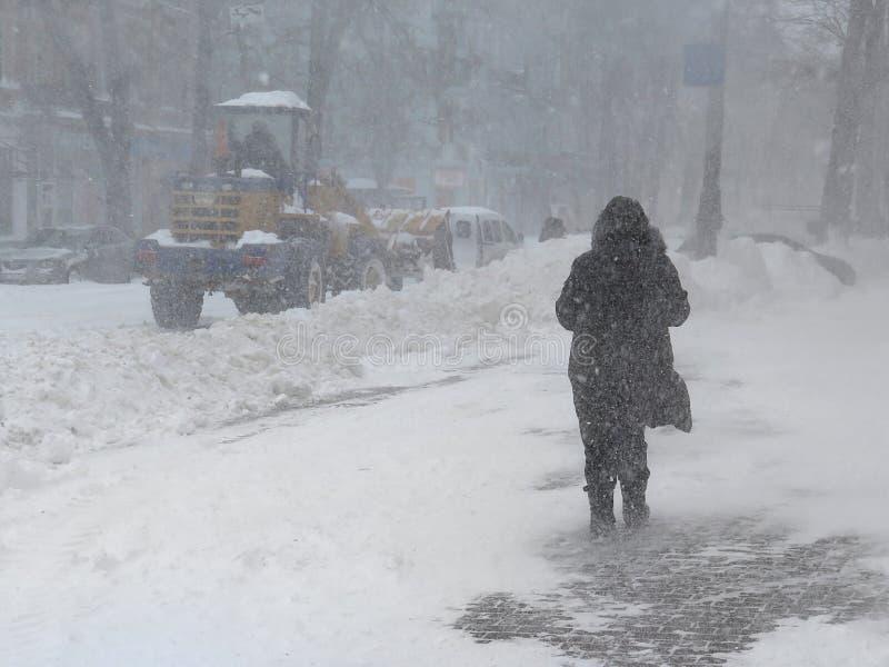 De natuurrampenwinter, blizzard, verlamde de zware sneeuw de stad, instorting De sneeuw behandelde de cycloon Europa royalty-vrije stock afbeeldingen