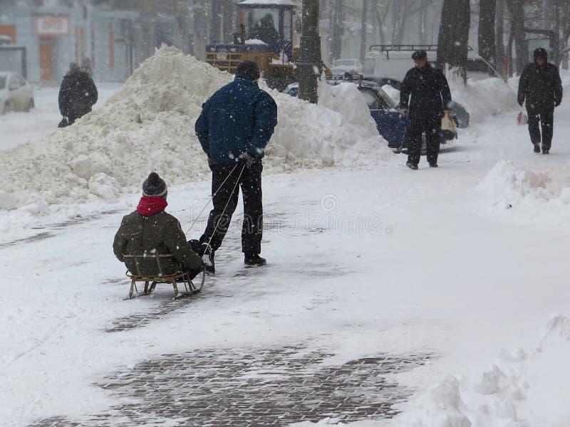 De natuurrampenwinter, blizzard, verlamde de zware sneeuw de stad, instorting De sneeuw behandelde de cycloon Europa stock foto