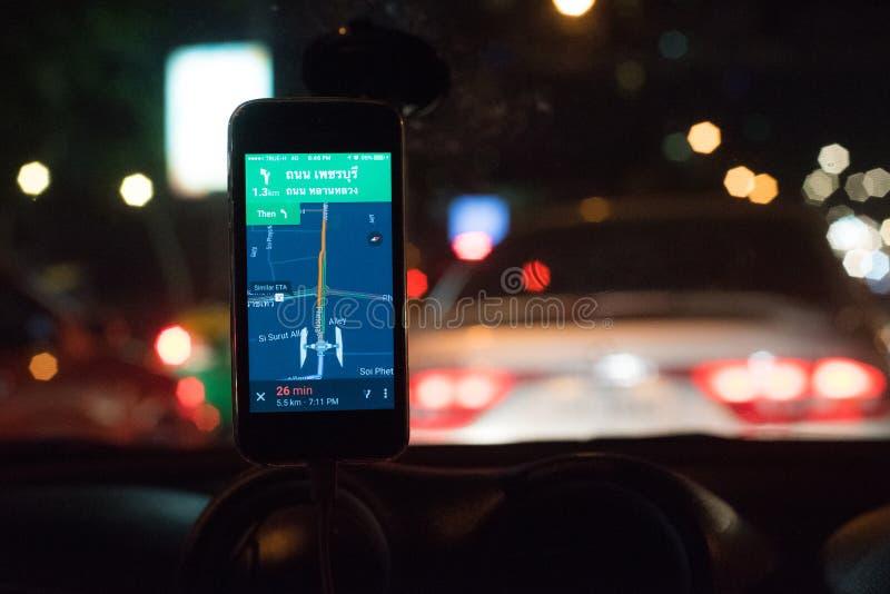 De navigatie van close-upgps op smartphone tijdens nachtverkeer stock foto