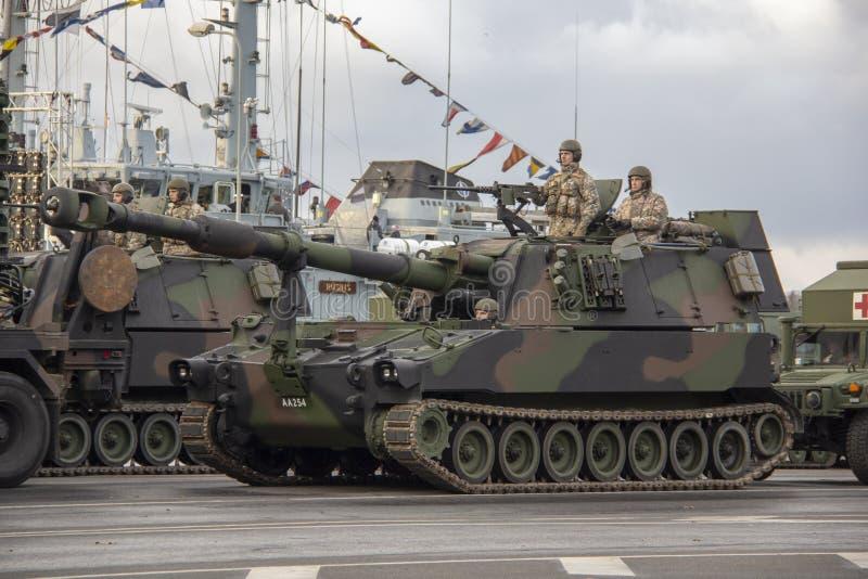 De NAVO tanks en militairen bij militaire parade in Riga, Letland stock foto