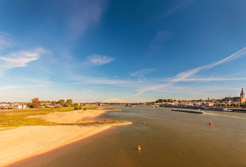 De Nederlandse stad van Nijmegen met de rivier Waal vooraan royalty-vrije stock foto's