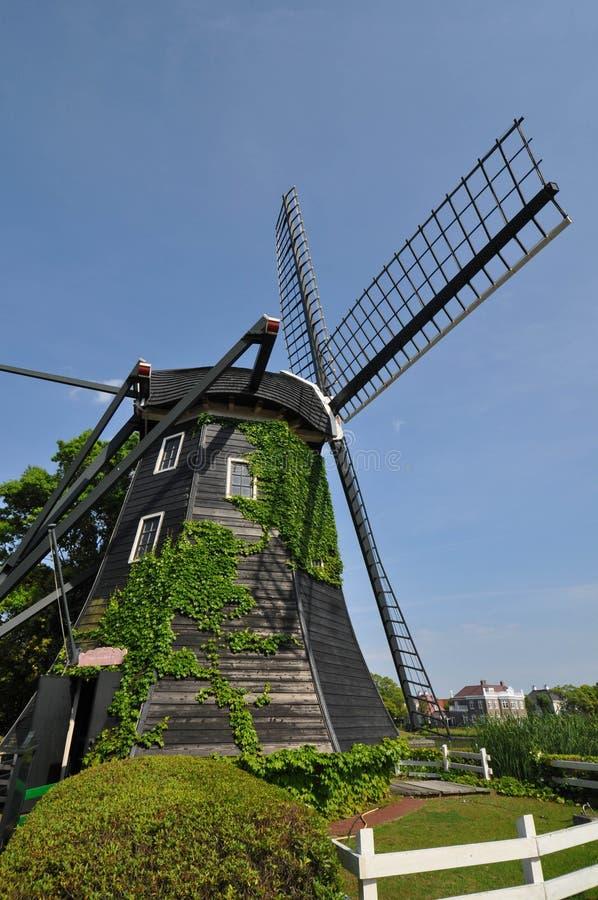 De Nederlandse stijlwind maalt huis stock foto's