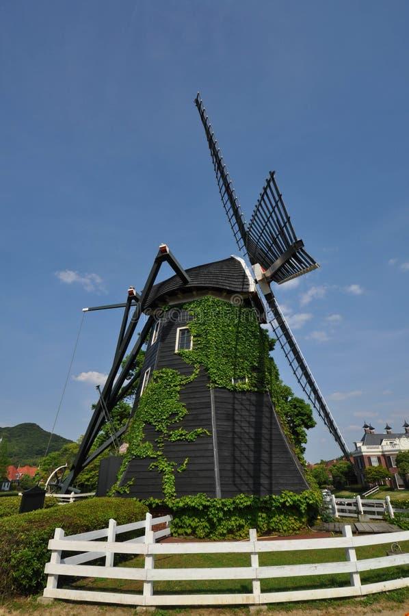 De Nederlandse stijlwind maalt huis stock fotografie