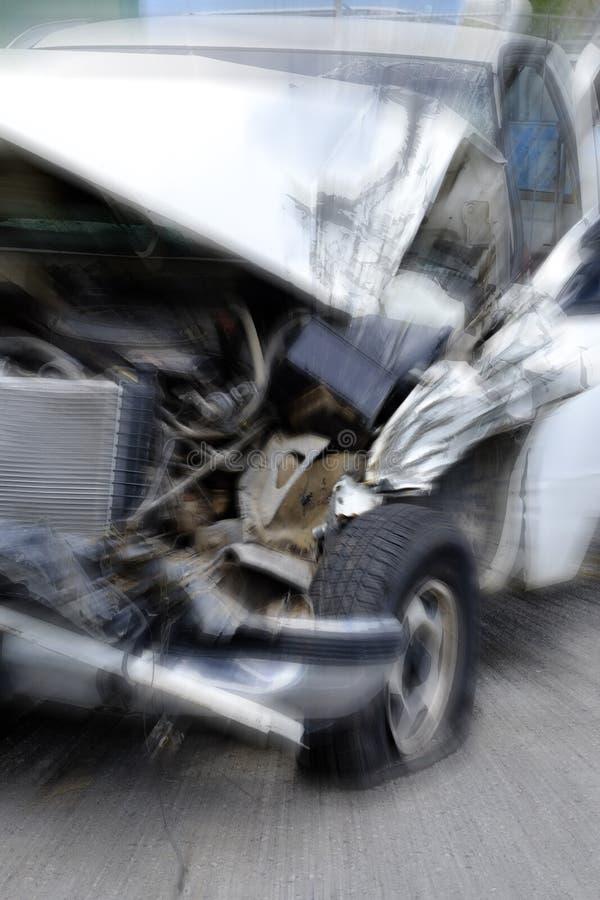 De Neerstortingsgevaar van het autowrak Gesloopt Voertuig Gevaarlijk op Wegstraat stock fotografie