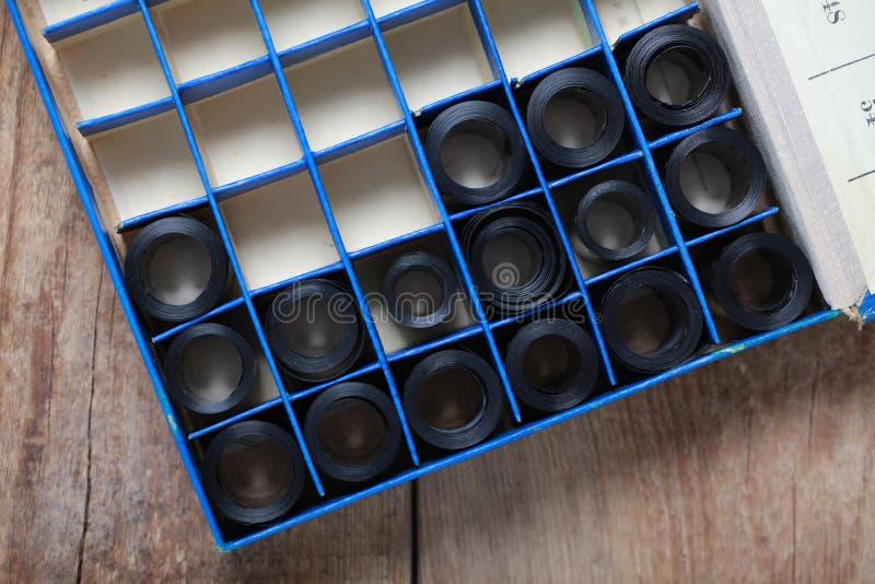 De negatieven van het filmarchief in een rond metaal kunnen stock foto