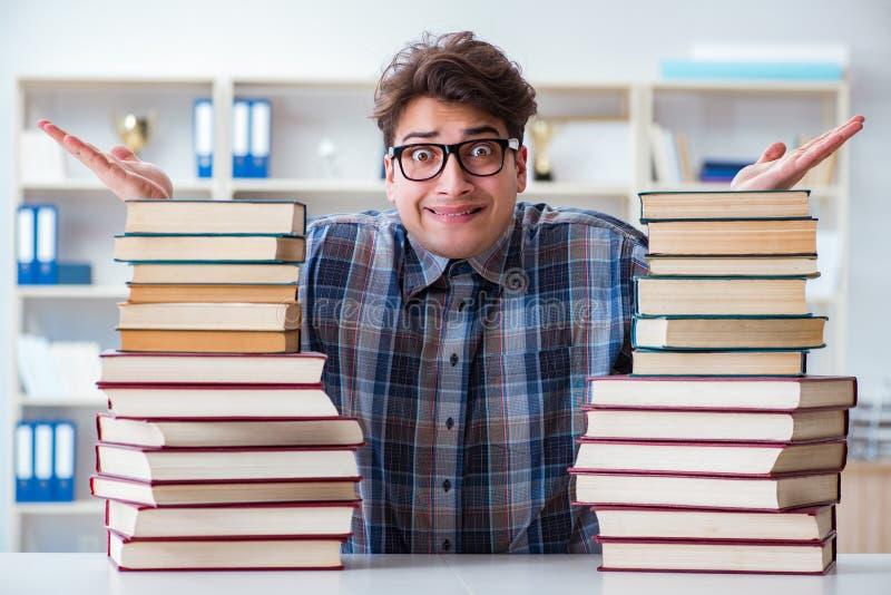 De nerd grappige student die voor universitaire examens voorbereidingen treffen stock fotografie