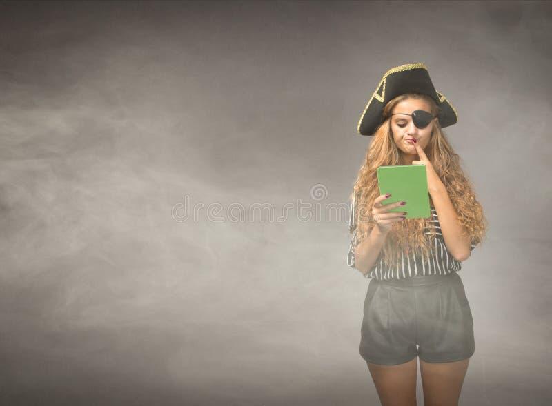 De Nerdpiraat denkt op tablet na royalty-vrije stock foto's