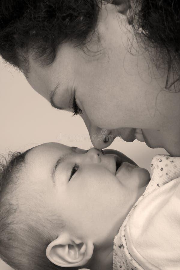 De neus van het mamma en van de dochter wat betreft royalty-vrije stock foto's