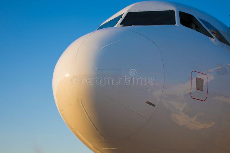 De neus van het vliegtuig is wit, klaar om te vliegen royalty-vrije stock foto's