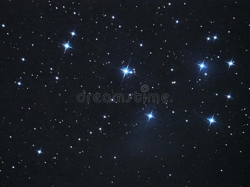 De nevel van de sterrenpleiades van de nachthemel (M45) in taurus constellatie stock foto