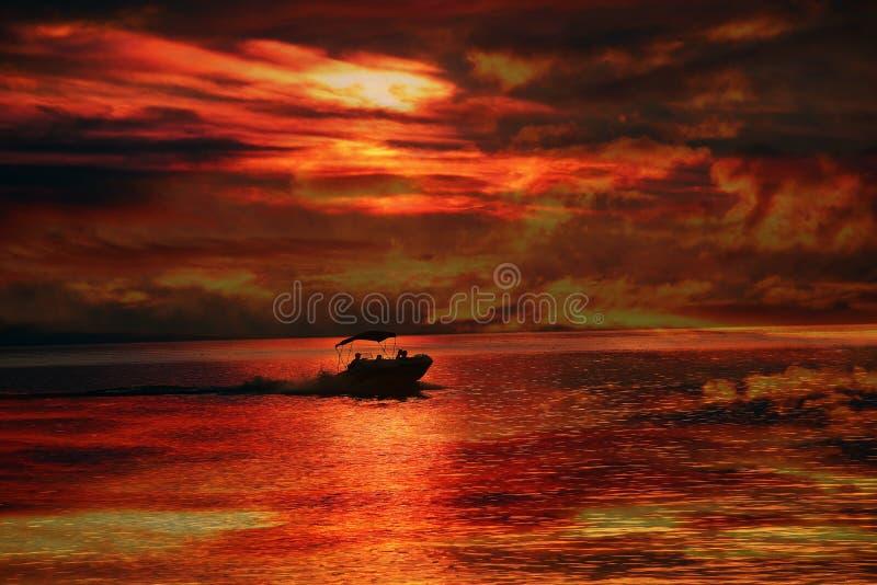 De Nevel van de zonsondergangboot stock afbeeldingen