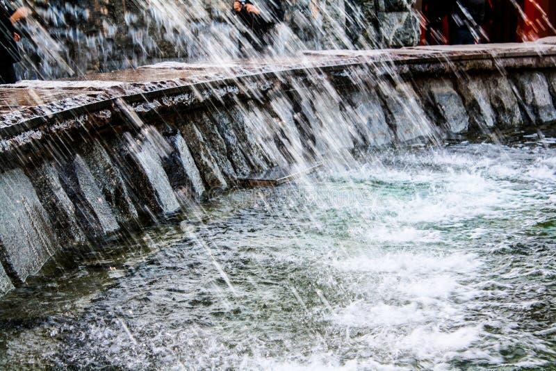 De nevel van de fontein in concrete kom royalty-vrije stock foto