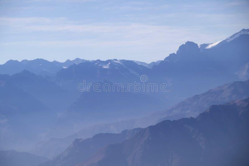 De nevelige blauwe Andesachtergrond van het berglandschap royalty-vrije stock foto's