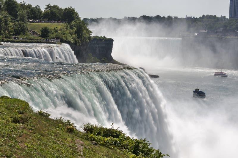 De Niagara-Rivier die over beroemde Niagara verpletteren valt royalty-vrije stock foto