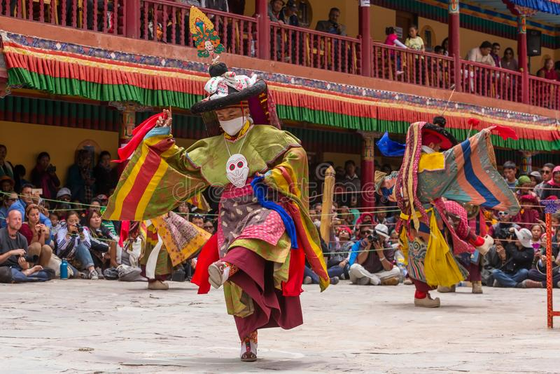 De Nidentifiedmonniken die in masker een godsdienstig gemaskeerd en gekostumeerd geheim uitvoeren dansen stock foto's