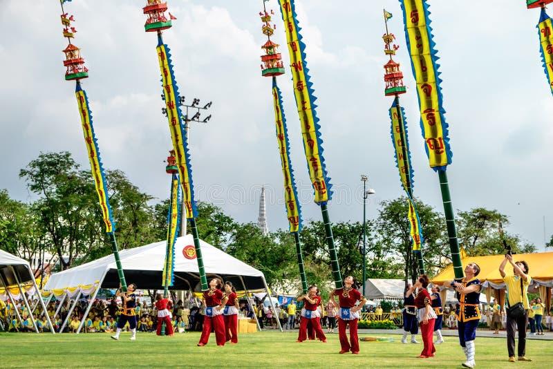 De niet geïdentificeerde actoren voeren bij het Klassieke Thaise Dansdrama met bamboe lange pool bij het Vieren van de Koning Ram royalty-vrije stock afbeelding