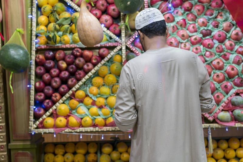 De niet geïdentificeerde Arabische mens op de straat verkoopt lokale groente en vruchten mensen verkopende groenten op een markt  stock foto