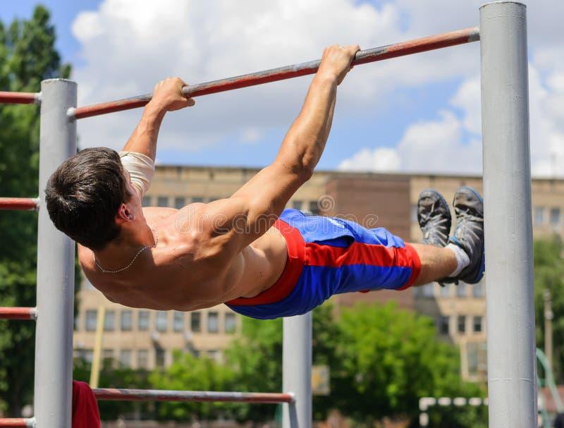 De niet geïdentificeerde atleet voert acrobatisch element tijdens stree uit royalty-vrije stock foto