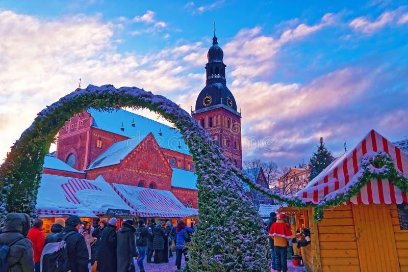 De niet geïdentificeerde groep mensen geniet Kerstmis van markt royalty-vrije stock foto's