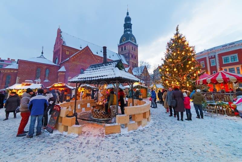 De niet geïdentificeerde groep mensen geniet Kerstmis van markt royalty-vrije stock afbeeldingen
