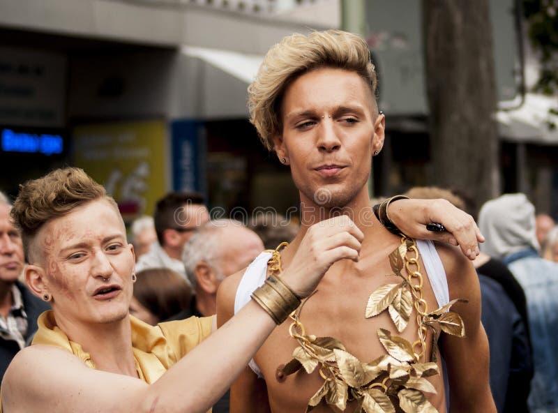De niet geïdentificeerde homosexuelen tijdens Vrolijke trots paraderen stock afbeelding