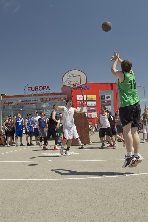 De niet geïdentificeerde jongeren speelt in streetball royalty-vrije stock afbeelding