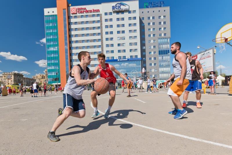 De niet geïdentificeerde jongeren speelt in streetball stock foto
