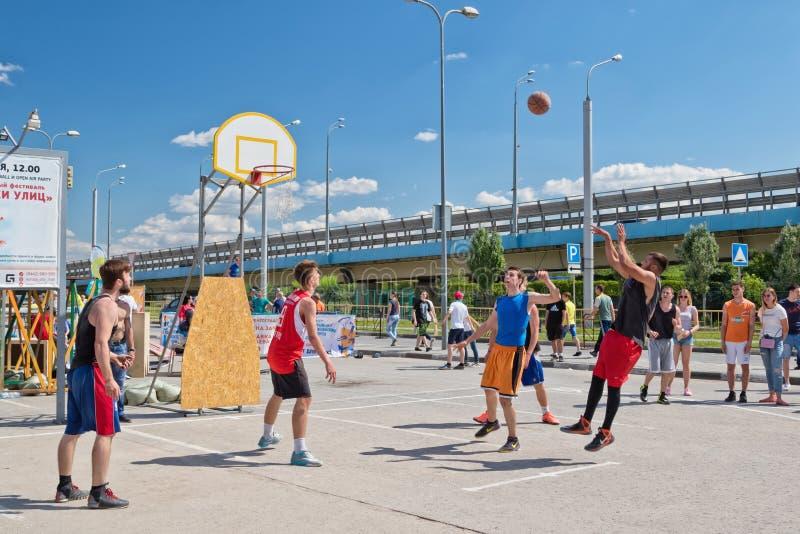 De niet geïdentificeerde jongeren speelt in streetball stock afbeeldingen