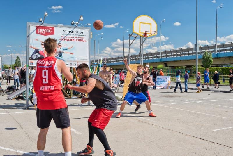 De niet geïdentificeerde jongeren speelt in streetball stock foto's