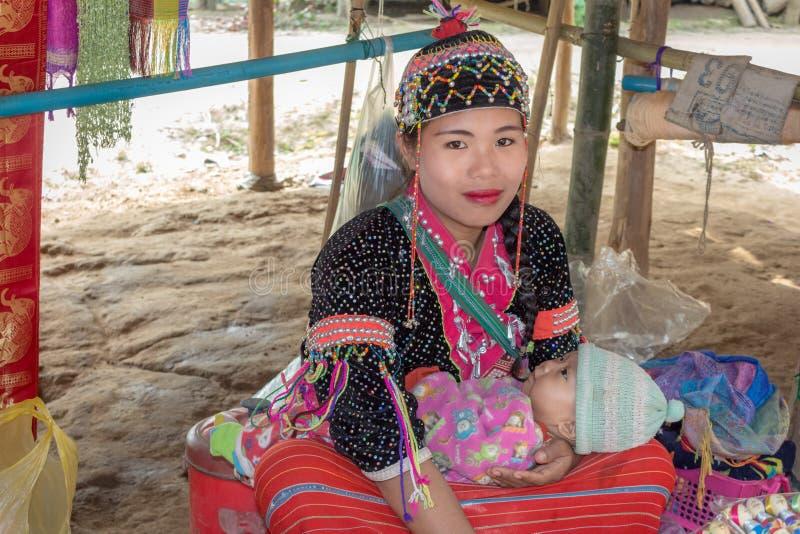 De niet geïdentificeerde Lange vrouw van Halskaren met haar baby in traditionele kleren in etnisch heuvel-stam dorp royalty-vrije stock foto's