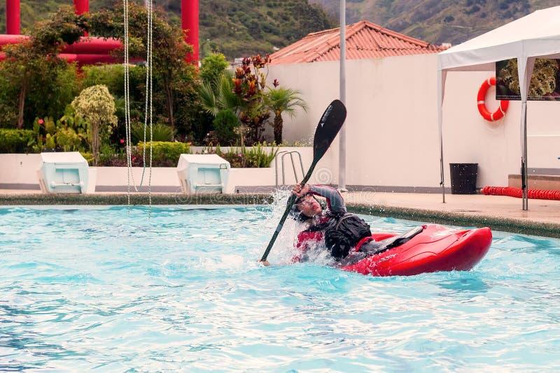 De niet geïdentificeerde mens concurreert bij de canoeing wedstrijd in een zwembad stock fotografie
