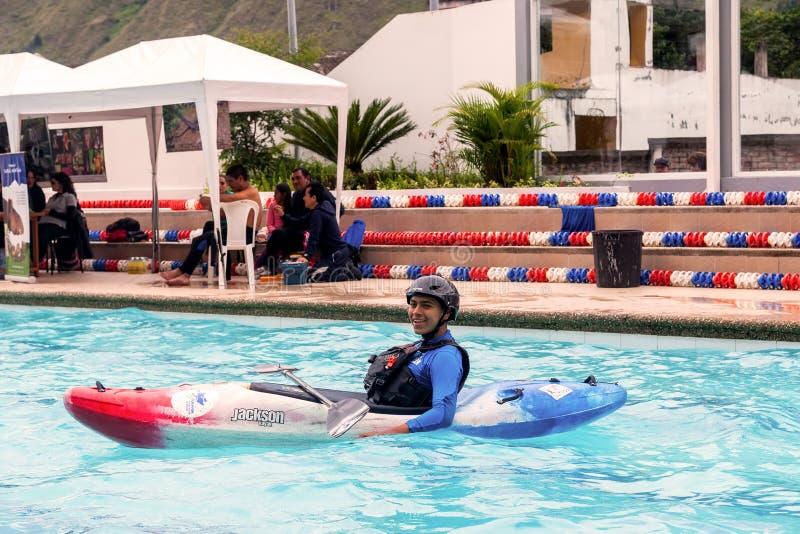 De niet geïdentificeerde mens concurreert bij de canoeing wedstrijd in een zwembad royalty-vrije stock afbeelding