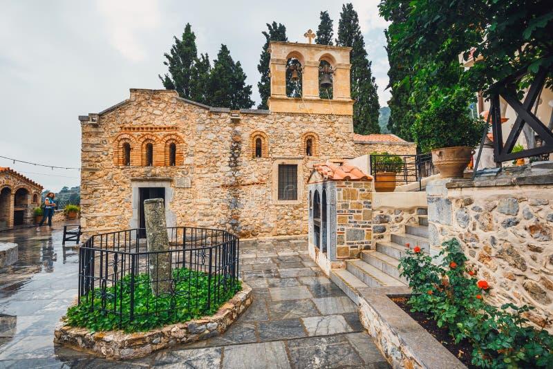 De niet geïdentificeerde mensen bezoeken oud Klooster Kera Kardiotissa op het Eiland van Kreta, Griekenland royalty-vrije stock afbeelding