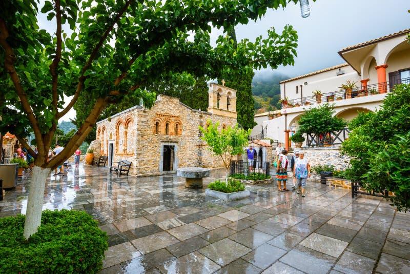 De niet geïdentificeerde mensen bezoeken oud Klooster Kera Kardiotissa op Kreta Griekenland stock afbeeldingen
