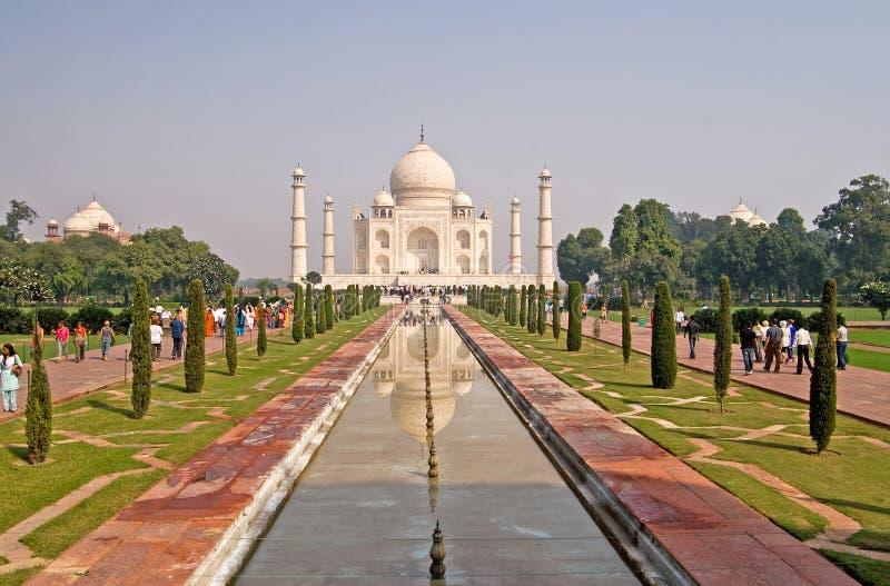 De niet geïdentificeerde mensen bezoeken Taj Mahal in Agra, India royalty-vrije stock afbeelding