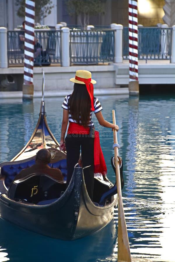 De niet geïdentificeerde mensen nemen gondelrit bij Venetiaans Toevluchthotel en casino stock fotografie